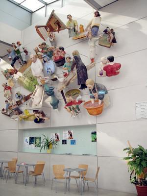 多瑙新城大学教学楼内雕塑